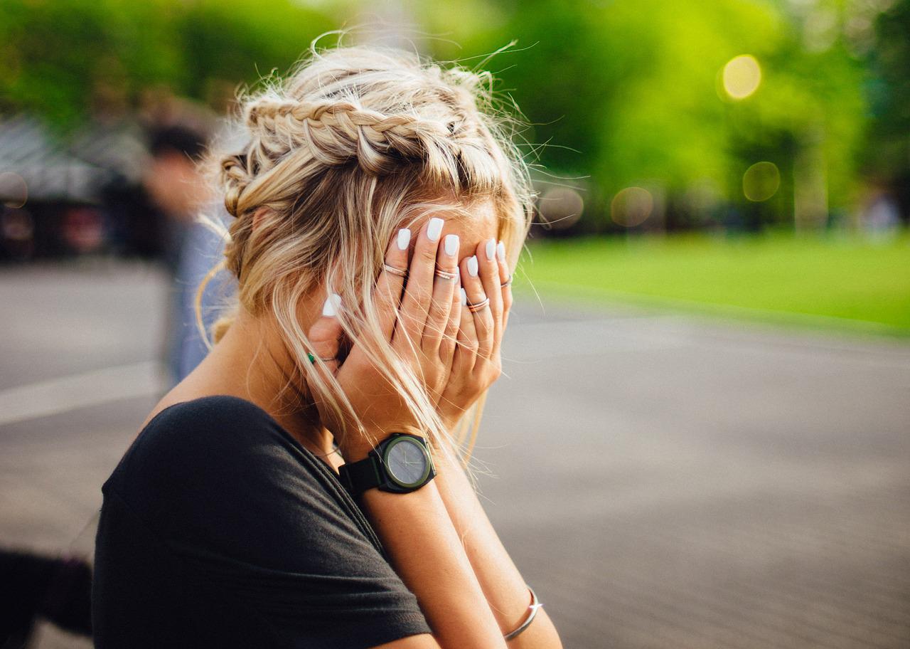 Cómo consolar a una mujer que llora (sin que tu pareja se enoje)